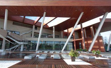 купить деревянный дом с бассейном на Рублевке, элитные виллы из дерева в Подмосковье на Рублевке