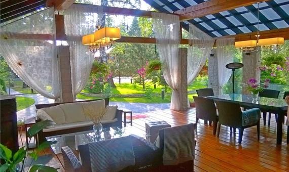 купить готовый дом в Подмосковье, очень красивый элитный особняк из дерева в Подмосковье, продажа коттеджей на Рублевке