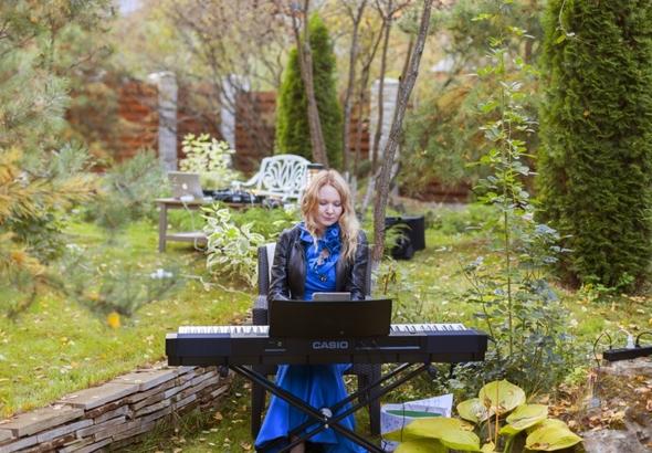 светский вечер в VILLA-NATURE: живая музыка в исполнении Марины Малой
